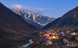 Berglandschap bij schemer, dorp Ushguli in Svaneti, Georgië Stock Foto's