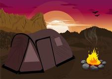 Berglandschap bij zonsondergang met het kamperen tent en kampvuur Stock Afbeelding
