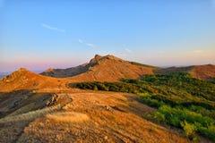 Berglandschap bij zonsondergang in Roemenië Stock Foto's