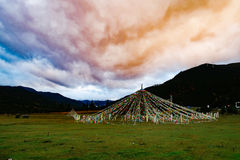 Berglandschap in de aandrijvingsweg van het xizangtoerisme royalty-vrije stock afbeeldingen