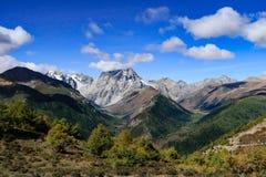 Berglandschap in de aandrijvingsweg van het xizangtoerisme stock afbeelding