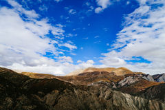 Berglandschap in de aandrijvingsweg van het xizangtoerisme royalty-vrije stock afbeelding