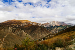 Berglandschap in de aandrijvingsweg van het xizangtoerisme royalty-vrije stock fotografie