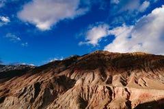 Berglandschap in de aandrijvingsweg van het xizangtoerisme stock fotografie