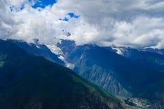 Berglandschap in de aandrijvingsweg van het xizangtoerisme stock foto