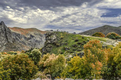Berglandschap in de herfst dag en zwaar, hurricanewolken Royalty-vrije Stock Afbeeldingen