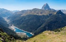 Berglandschap in de Pyreneeën met meer stock foto