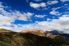 Berglandschap in de yunnan weg van de toerismeaandrijving royalty-vrije stock afbeeldingen