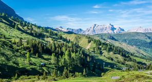 Berglandschap in de zomer en de donkerblauwe hemel met wolken in Trentino Alto Adige Mening van Passo Rolle, Italiaans Dolomiet,  Stock Afbeelding