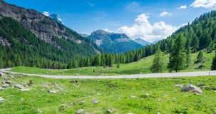 Berglandschap in de zomer en de donkerblauwe hemel met wolken in Trentino Alto Adige Mening van Passo Rolle, Italiaans Dolomiet,  Stock Fotografie
