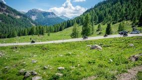 Berglandschap in de zomer en de donkerblauwe hemel met wolken in Trentino Alto Adige Mening van Passo Rolle, Italiaans Dolomiet,  Royalty-vrije Stock Fotografie