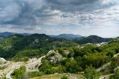 Berglandschap en weg in de zomer Montenegro, Europa Stock Afbeeldingen