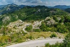 Berglandschap en weg in de zomer Montenegro, Europa Royalty-vrije Stock Afbeeldingen