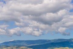 Berglandschap en weiden met aardige blauwe hemel en wolk op de zomer zonnige dag royalty-vrije stock afbeelding