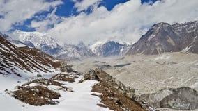 Berglandschap in het Himalayagebergte, Nepal Ngozumpagletsjer Timelapse stock videobeelden