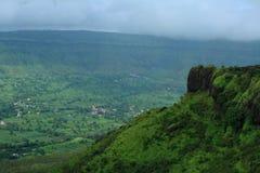 Berglandschap in het seizoen van moesson stock afbeeldingen