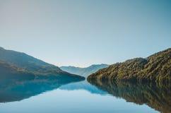 Berglandschap in het water wordt weerspiegeld dat royalty-vrije stock afbeelding