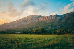 Berglandschap in Kroatië bij zonsondergang Gebieden en bergen in Kroatië Royalty-vrije Stock Afbeeldingen