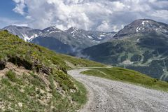 Berglandschap langs de weg aan Colle-dell 'Assietta stock afbeeldingen