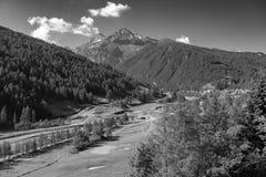 Berglandschap langs de weg aan Sestriere stock fotografie