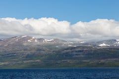 Berglandschap met blauwe hemel en wolken Mooie Aard Noorwegen royalty-vrije stock afbeelding