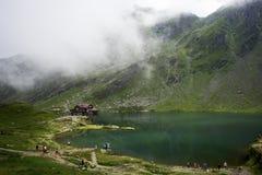 Berglandschap met chalet en meer royalty-vrije stock foto's