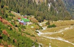 Berglandschap met Chalet in Roemenië royalty-vrije stock afbeelding