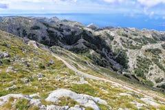 Berglandschap met curvy weg stock foto