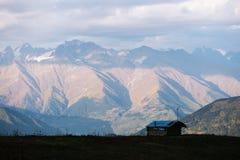 Berglandschap met de piek van de wolken Royalty-vrije Stock Foto's