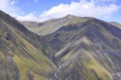 Berglandschap met een bergrivier Royalty-vrije Stock Foto's