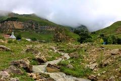 Berglandschap met een kleine rivier Stock Afbeeldingen