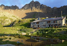 Berglandschap met een schuilplaatstoevluchtsoord vroeg in de ochtend Stock Afbeelding