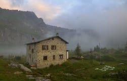 Berglandschap met een schuilplaatstoevluchtsoord vroeg in de ochtend Royalty-vrije Stock Afbeelding