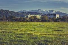 Berglandschap met flatgebouw Royalty-vrije Stock Afbeelding