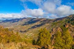 Berglandschap met groene heuvels en witte wolken Valleiverstand stock foto
