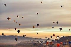 Berglandschap met grote ballons in een korte zomer stock foto