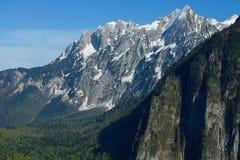 Berglandschap met kleurrijke bos en hoge snow-capped pieken van de de bergen mooie verbazende dag van de Kaukasus Royalty-vrije Stock Foto's