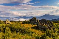 Berglandschap met rotsen stock foto