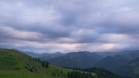 Berglandschap met Wolken bij Zonsondergang stock video