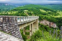 Berglandschap, Montenegro Tara boogbrug Stock Afbeeldingen