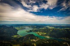 Berglandschap op de bovenkant van de wandelingssleep aan Schafberg en de mening van landschap over het Mondsee-meer stock foto