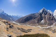 Berglandschap op de manier aan Everest-basiskamp Stock Afbeeldingen