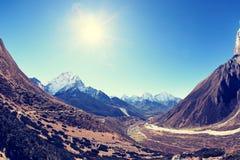 Berglandschap op de manier aan Everest-basiskamp Stock Foto's