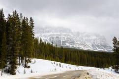 Berglandschap op een Donkere de Winterdag Stock Foto