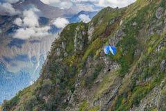 Berglandschap tegen bewolkte blauwe hemel Royalty-vrije Stock Afbeeldingen