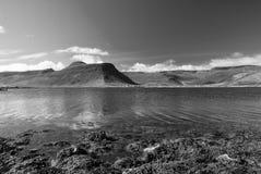 Berglandschap van overzees in isafjordur, IJsland wordt gezien dat Heuvelige kustlijn op zonnige blauwe hemel De zomervakantie  royalty-vrije stock fotografie