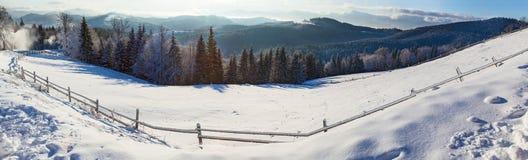 Berglandschappen en panoramas van snow-capped bergpieken Royalty-vrije Stock Afbeeldingen