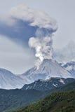 Berglandskap: aktiv vulkan för utbrott Arkivfoto