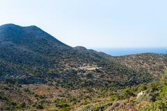 Berglandskap av den Akrotiri halvön Royaltyfria Bilder