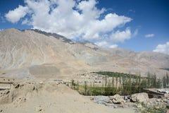 Berglandskap av Kargil i sommar Arkivfoto